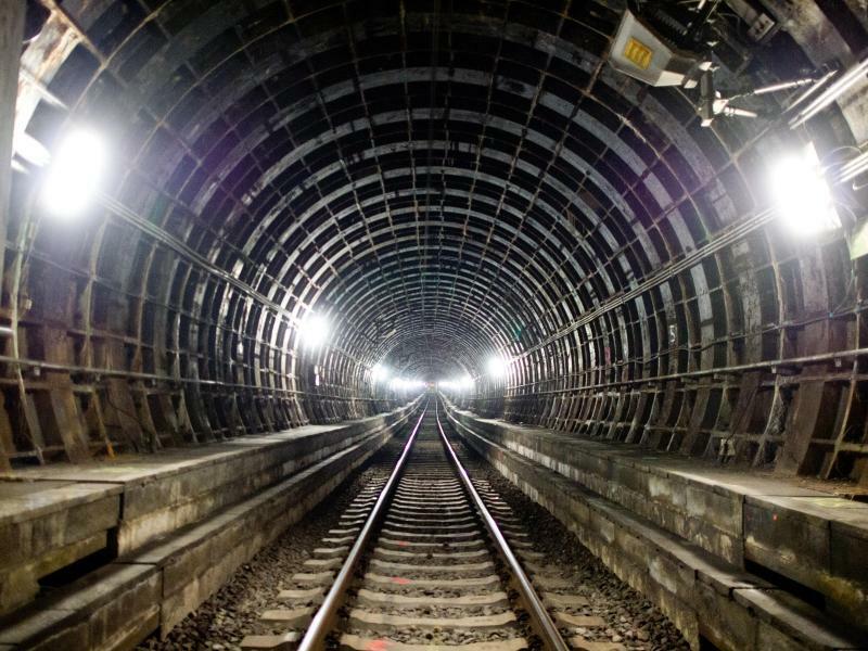 Unterirdisch - Foto: Hell erleuchtet ist der S-Bahntunnel in Frankfurt. Der Grund sind Bauarbeiten. Zeit also, einmal einen gänzlich ungefährdeten Blick in das beeindruckende Bauwerk zu werfen. Foto:Christoph Schmidt