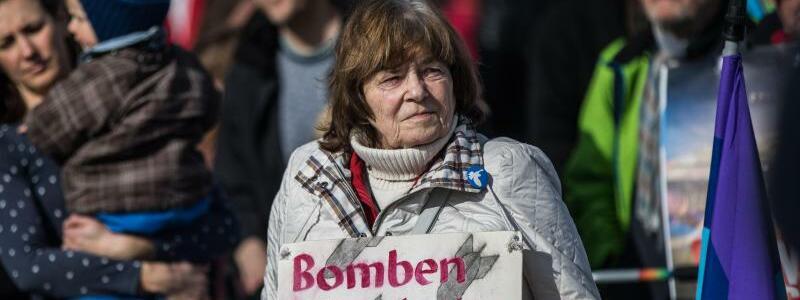 Bomben lösen keine Probleme - Foto: Frank Rumpenhorst
