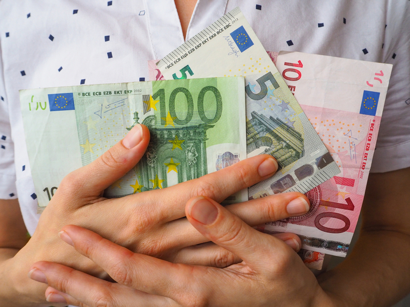 Wenn es um das Geld der Verbraucher geht, lassen sich manche unseriöse Finanzvermittler unlautere Methoden einfallen. - Foto: Bildquelle: Stanislav71 - 1008924466 / Shutterstock.com