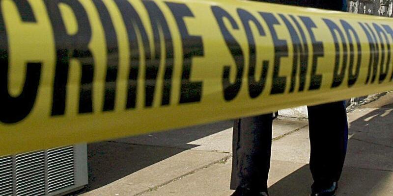 Absperrband - Foto: Ein US-amerikanischer Polizist sichert einen Tatort. Foto:Larry W. Smith/Archiv