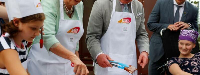 Prinz Charles und Herzogin Camilla in Australien - Foto: Prinz Charles und Herzogin Camilla beim Besuch des «Lady Cilento»-Kinderkrankenhauses in Brisbane. Foto:Phil Noble