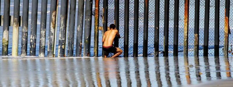 Grenze in Tijuana - Foto: Unerreichbar:Ein Mann beobachtet durch den Grenzzaun bei Tijuana die amerikanische Seite. Foto:Alejandro Zepeda/EFE