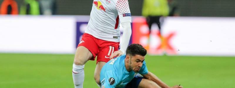 Zweikampfstark - Foto: Leipzigs Timo Werner (l) behält im Zweikampf mit Morgan Sanson von Olympique Marseille die Oberhand. Foto:Jan Woitas