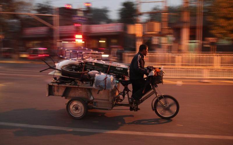 Mann fährt auf Motorrad mit Ladefläche in Peking - Foto: über dts Nachrichtenagentur