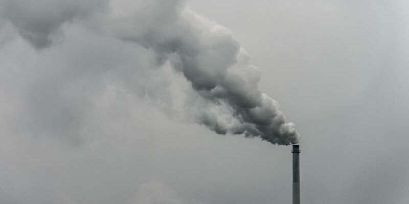 Rauchender Schornstein - Foto: Armin Weigel