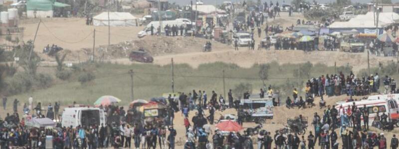 Aufmarsch - Foto: Israelische Soldaten positionieren sich vor einer Gruppe von Palästinensern. Foto:Ilia Yefimovich