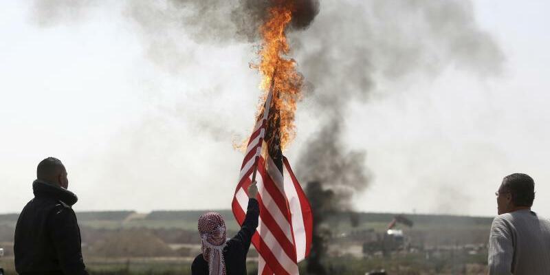 Brennende US-Fahne - Foto: Khalil Hamra/AP