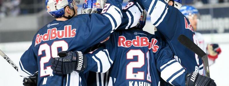 Finalisten - Foto: Die Spieler von EHC Red Bull München feiern ihren klaren Sieg über Adler Mannheim. Foto:Tobias Hase