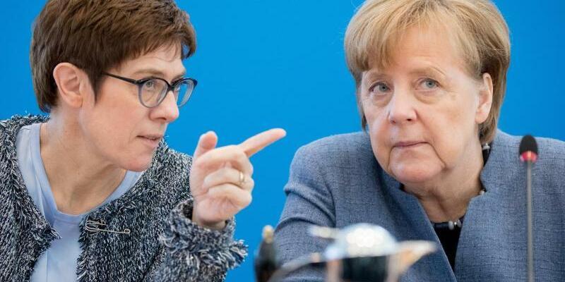 Annegret Kramp-Karrenbauer und Angela Merkel - Foto: Kay Nietfeld