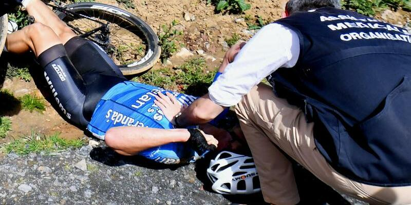 Sturzopfer - Foto: Der Belgier Michael Goolaerts wird nach seinem Unfall medizinisch versorgt. Foto:David Stockman/BELGA