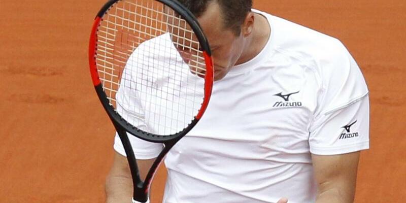 Niederlage - Foto: Philipp Kohlschreiber hadert mit sich nach der Niederlage im abschließenden Einzel beim Davis Cup. Foto:Alberto Saiz/AP