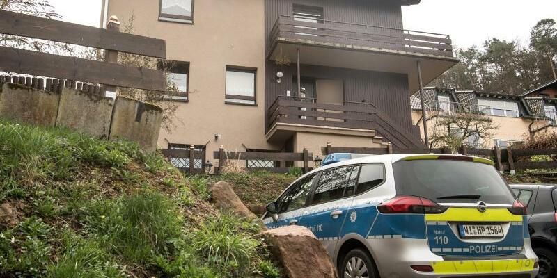 Säugling stirbt nach Hundebiss - Foto: Ein Polizeiauto steht vor dem Haus, in dem ein sieben Monate alter Junge nach einem Biss des Familienhundes gestorben ist. Foto:Fabian Sommer