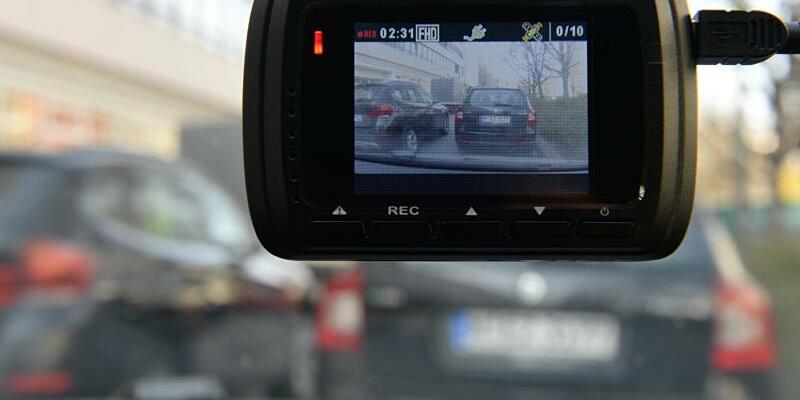 Dashcam - Foto: Kann bei Unfällen zur Aufklärung beitragen:Dashcam an einer Windschutzscheibe. Foto:Rene Ruprecht