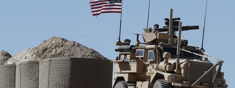 US-Militäreinsatz - Foto: US-Flagge auf einem Panzerfahrzeug in Syrien. Foto:Hussein Malla/AP