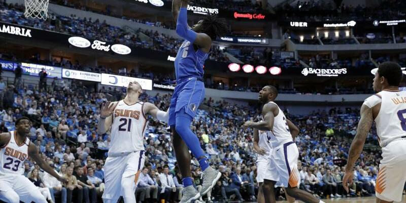Dallas Mavericks - Phoenix Suns - Foto: Mavericks-Spieler Johnathan Motley (am Ball) kann im Spiel gegen die Phoenix Suns punkten. Foto:Tony Gutierrez/AP