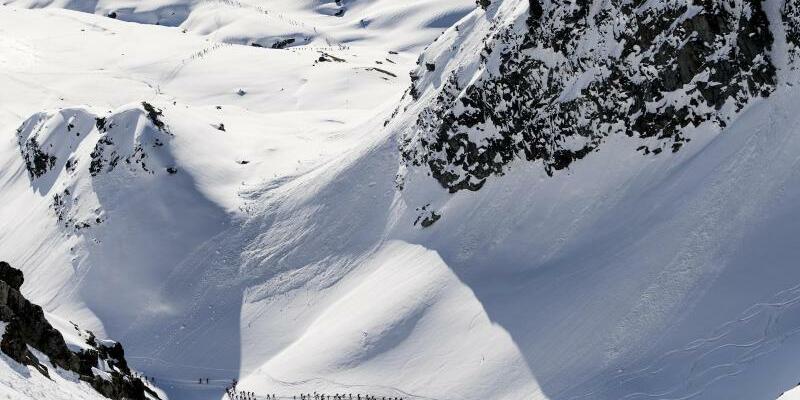Alpenpanorama - Foto: Alpenpanorama in der Schweiz:Skitouren haben sich in den vergangenen Jahren zum Massensport entwickelt. Foto:Jean-Christophe Bott/Keystone