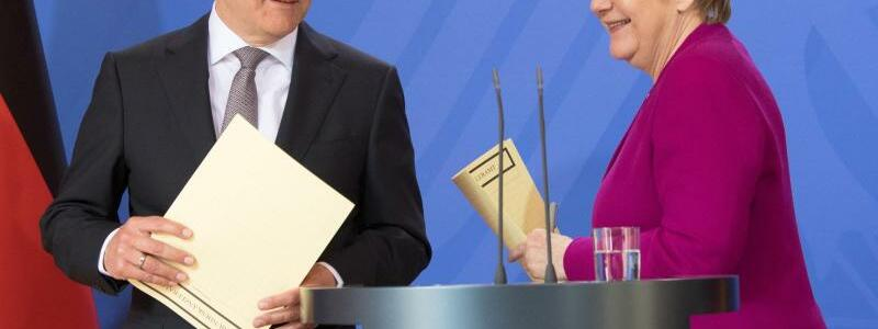 Merkel und Scholz - Foto: Vorerst zufrieden:Bundeskanzlerin Angela Merkel und Finanzminister Olaf Scholz ziehen eine Bilanz der Kabinettsklausur. Foto:Ralf Hirschberger