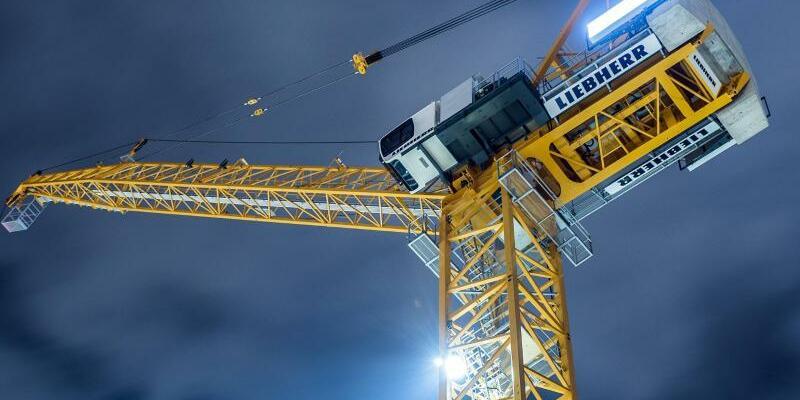Liebherr-Baukran - Foto: Baukran der Firma Liebherr auf einer Großbaustelle inBerlin. Foto:Silas Stein