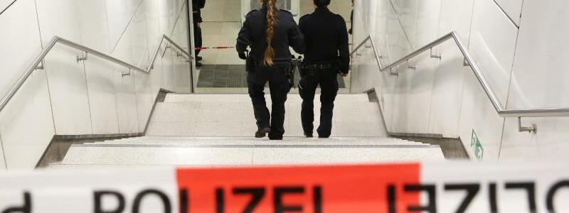 S-Bahnhaltestelle Jungfernstieg - Foto: Einsatzkräfte der Polizei sichern den Zugang zur S-Bahnhaltestelle Jungfernstieg inHamburg. Foto:Bodo Marks