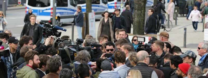 Messerangriff in Hamburg - Foto: Medienvertreter umringen den Pressesprecher der Polizei Hamburg. Foto:Bodo Marks