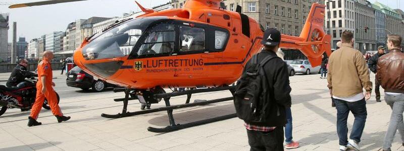 Rettungshubschrauber - Foto: Hier kam jede Hilfe zu spät: Ein Rettungshubschrauber steht nach dem tödlichen Messerangriff in der Nähe des Hamburger Jungfernstiegs. Foto:Bodo Marks