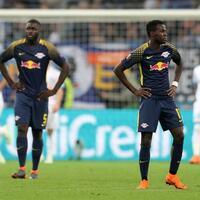 Dämpfer - Foto: Die Leipziger Dayot Upamecano (l) und Bruma zeigen sich nach dem 4:2 für Marseille frustriert. Foto:Jan Woitas