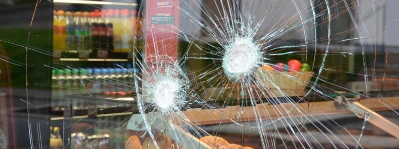 Einschusslöcher - Foto: Nach dem Polizeieinsatz:Einschusslöcher in der Scheibe der Bäckerei, vor der ein randalierender Mann mehrere Menschen angegriffen hatte. Foto:Jörn Perske