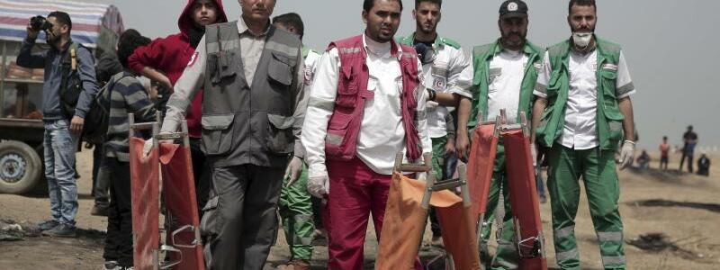 Rettungssanitäter - Foto: Am Rand der Proteste stehen palästinensische Rettungssanitäter bereit. Foto:Khalil Hamra/AP