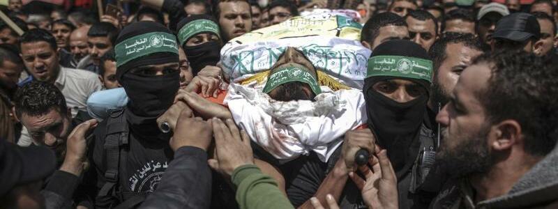 Beerdigung - Foto: Vermummte Kämpfer der Kassam-Brigaden tragen den Leichnam des bei einem israelischen Luftangriff getöteten Hamas-Kämpfers Mohammed Hejelah zu Grabe. Foto:Wissam Nassar