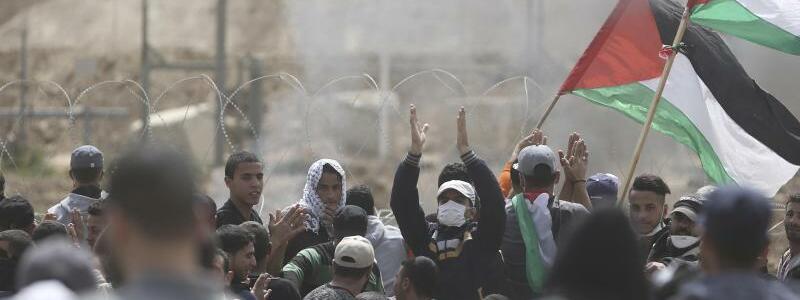 Proteste an der Grenze - Foto: Den drittenFreitag in Folge protestieren Palästinenser an der Grenze des Gazastreifens zu Israel. Foto:Khalil Hamra/AP