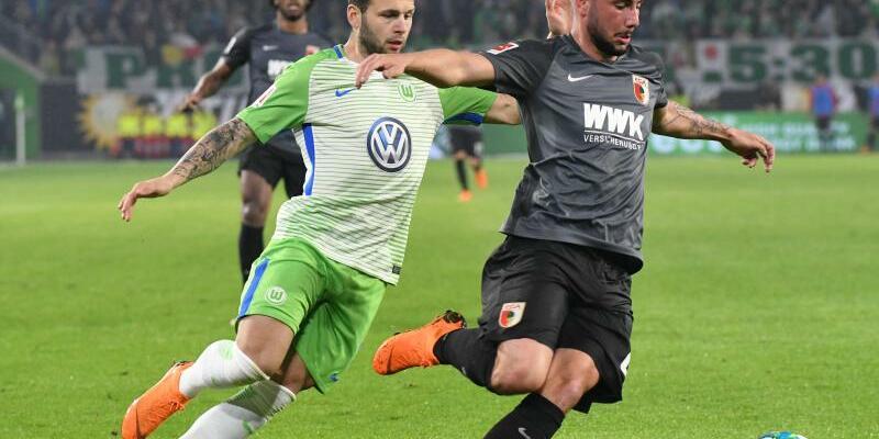 Punkteteilung - Foto: VfL-Spieler Renato Steffen (l) und der Augsburger Marco Richter kämpfen um den Ball. Die Partie endete Unentschieden. Foto:Peter Steffen