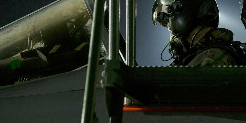 Im Cockpit - Foto: Cpl L Matthews/BRITAIN MINISTRY OF DEFENSE/AP