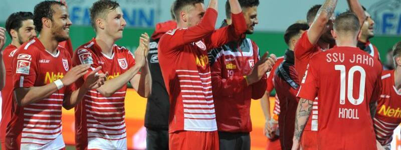 Applaus - Foto: Die Spieler von Jahn Regensburg feiern ihren Sieg über die SpVgg Greuther Fürth mit den Fans. Foto:Timm Schamberger