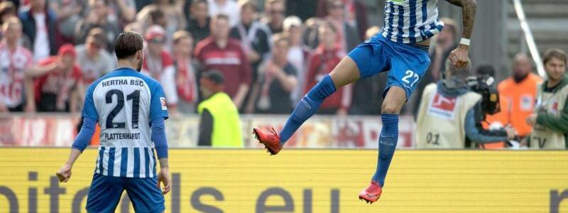 Doppelpack - Foto: Herthas Torschütze Davie Selke (r) jubelt über einen Treffer gegen den FC Köln. Foto:Ralf Hirschberger
