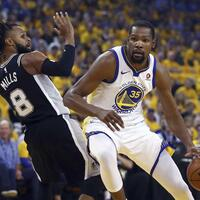 Playoff-Auftakt - Foto: Kevin Durant (r) von Golden State umspielt Patty Mills von den San Antonio Spurs. Foto:Ben Margot/AP