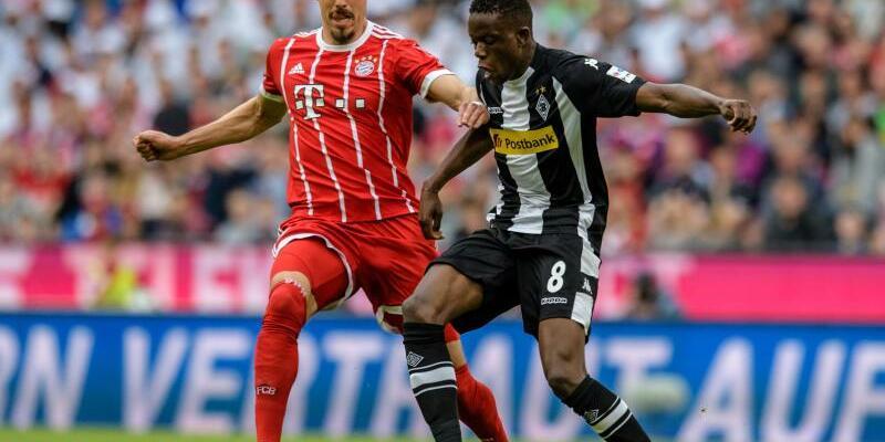 In Aktion - Foto: Bayern-Spieler Sandro Wagner (l) liefert sich mit Denis Zakaria von Mönchengladbach einen Zweikampf um den Ball. Foto:Matthias Balk