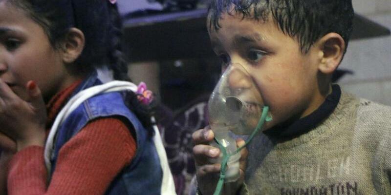 Mutmaßlicher Giftgasangriff - Foto: Das vom Syrischen Zivilschutz, genannt «Weißhelme», zur Verfügung gestellte Bild zeigt einen Jungen mit einem Beatmungsgerät. Foto:/Syrian Civil Defense White Helmets/AP