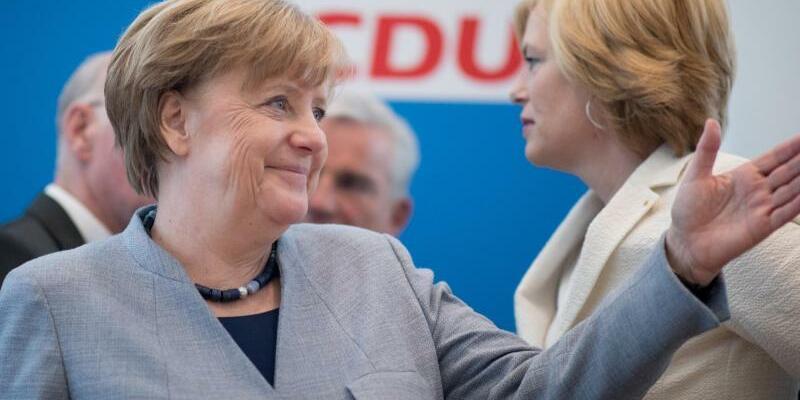Merkel und Klöckner - Foto: Die Bundesregierung sieht sich «auf einem guten Weg». Foto:Kay Nietfeld