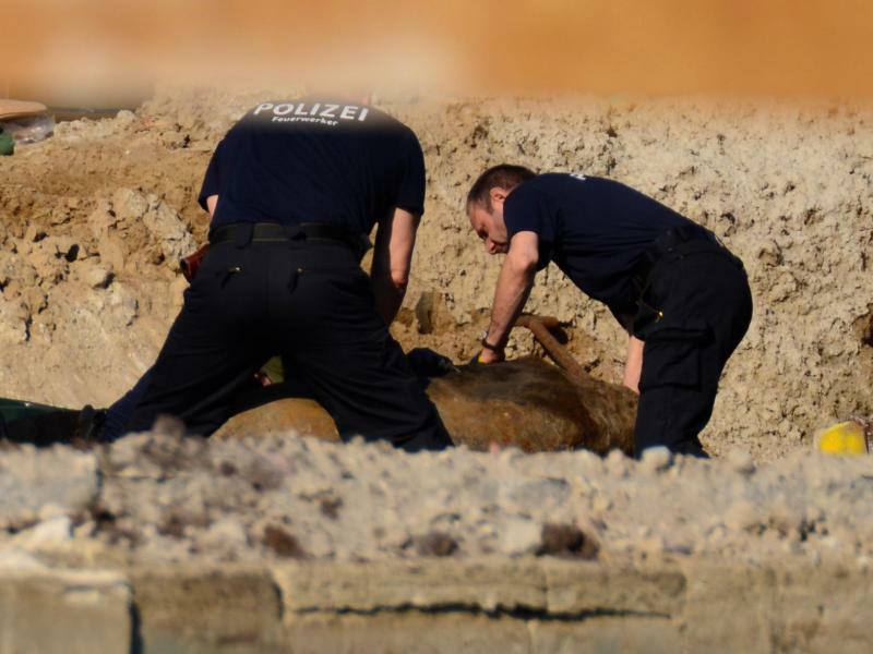 Entschärfung einer Fliegerbombe - Foto: Und jetzt ganz behutsam: Experten der Polizei bereiten eine Weltkriegsbombe in Berlin für die Entschärfung vor. Foto:dpa