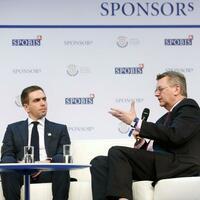 DFB-Botschafter - Foto: DFB-Präsident Reinhard Grindel (r) und der ehemalige Nationalspieler Philipp Lahm bei einer Talkrunde. Foto:Roland Weihrauch