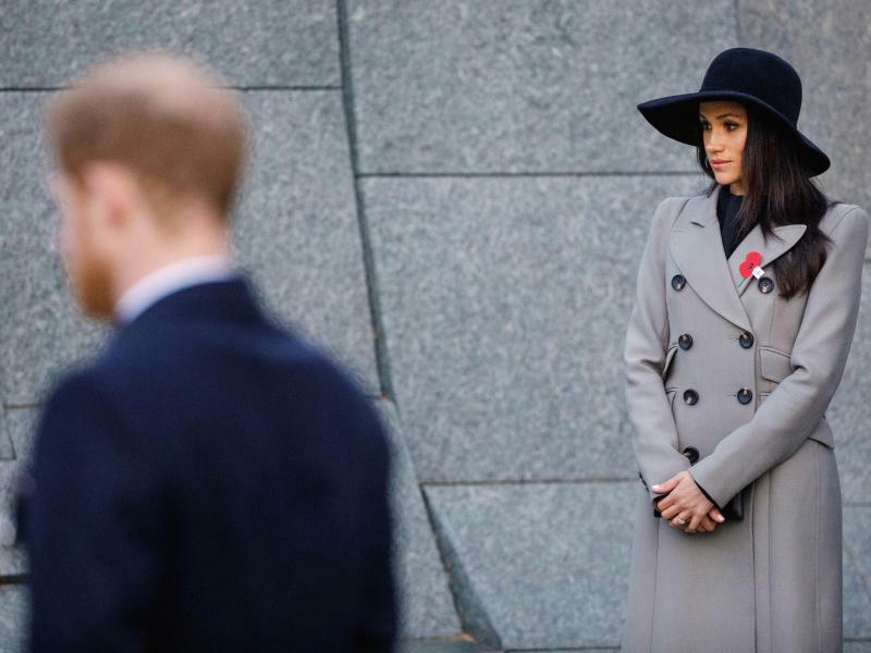 Gedenken - Foto: Prinz Harry und seine Verlobte Meghan Markle nehmen im Hyde Park in London an einer Feier anlässlich des ANZAC-Gedenktags teil. Dieser erinnert an die erste Militäraktion von Truppen aus Australien, Neuseeland und Tonga im 1. Weltkrieg im Jahr 1915. Foto: