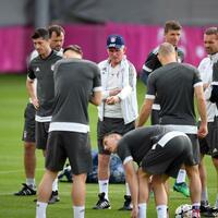 Offensiv - Foto: Trainer Jupp Heynckes (M) hat die Bayern-Elf für das Spiel gegen Real Madrid sehr offensiv aufgestellt. Foto:Andreas Gebert