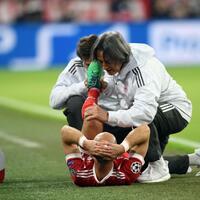 Verletzt - Foto: Arjen Robben wird von Teamarzt Hans-Wilhelm Müller-Wohlfahrt (r) behandelt. Foto:Andreas Gebert