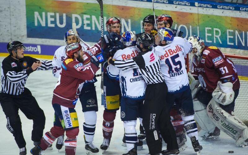 Showdown - Foto: Bereits im sechsten Spiel der Playoffs zwischen den Eisbären Berlin und dem EHC Red Bull München ging es hoch her. Foto:Gregor Fischer