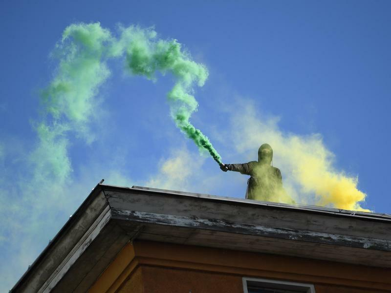 Bengalische Feuer - Foto: Aufwärmen für den 1. Mai?Bengalische Feuer begleiten eine Demonstration linker Gruppen in Berlin. Foto:Britta Pedersen
