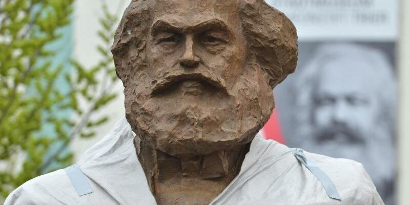 200. Geburtstag von Karl Marx - Foto: Die Karl-Marx-Statue des chinesischen Künstlers Wu Weishan wird in Trier enthüllt. Foto:Harald Tittel