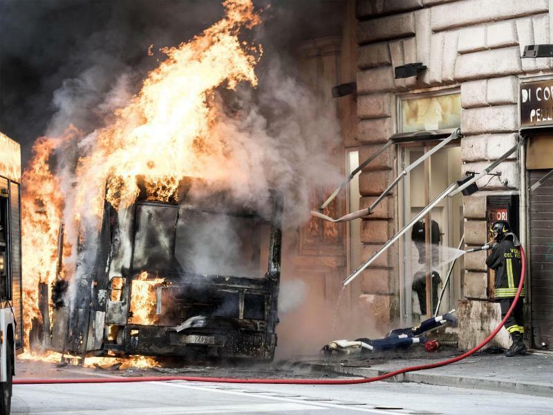 Feuer mitten in Rom - Foto: Massimo Percossi/ANSA/AP