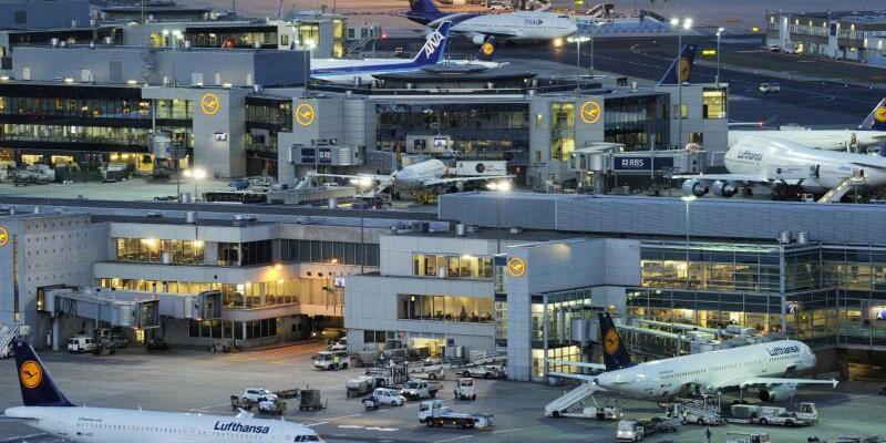 Flughafen in Frankfurt am Main - Foto: Der Mann wird nach Italien abgeschoben. Foto:Boris Roessler