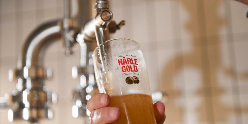 Brauerei Clemens Härle - Foto: Gottfried Härle, Geschäftsführer der Brauerei Clemens Härle, zapft ein Glas ungefiltertes Bier. Seine Werbung für den «bekömmlichen» Trank musste er 2015 stoppen. Foto:Felix Kästle