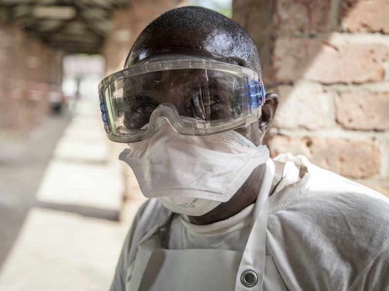 Schutzkleidung - Foto: Mark Naftalin/UNICEF/AP